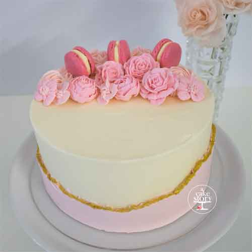 Celebration cake Belle, pink strawberry macarons, pink fault line